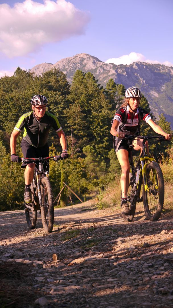 Climbing.jpg - Italy - Tuscany - Secret Apennine Trails - Italia Mountain Biking