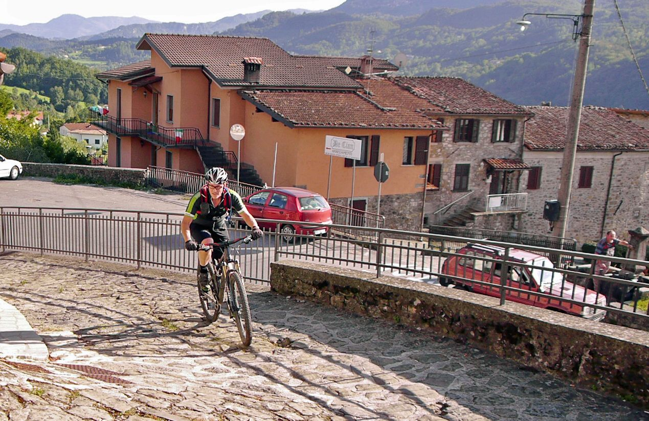 Climbing out of Villetta.jpg - Italy - Tuscany - Secret Apennine Trails - Italia Mountain Biking