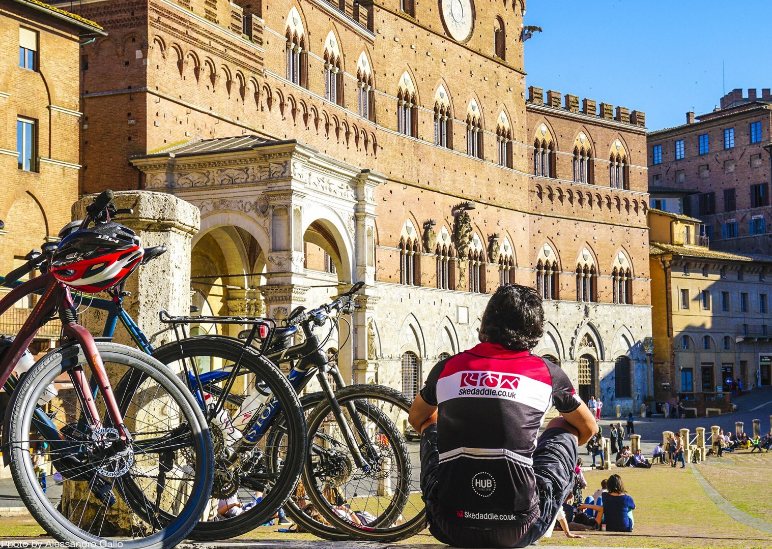 saddle-skedaddle-piazza-campo-siena-cycling-holiday.jpg - Italy - A Taste of Tuscany - Italia Leisure and Family Cycling