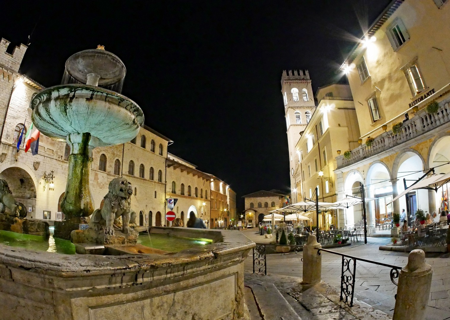 road-cycling-italy-piazza-di-commune-assisi.jpg - Italy - Grand Traverse - North to South - Guided Road Cycling Holiday (17 days) - Italia Road Cycling
