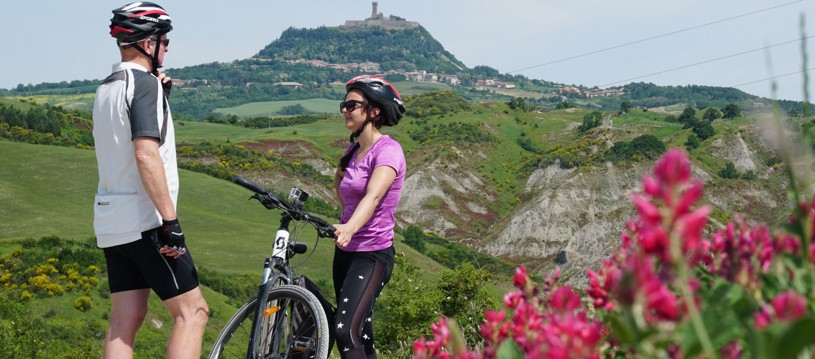 This fantastic cycling holiday in Italy really showcases the beautiful Tuscan countryside. Rural Tuscany is synonymous with undulating green hills capped by medieval tile-roofed towns punctuated by cypresses, churches and stone farmhouses.